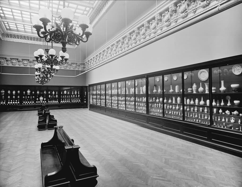 Metropolitan Museum's Chinese Porcelain Gallery of the Garland-Morgan Collection Duveen Brothers and the Market for Decorative Arts Charlotte Vignon
